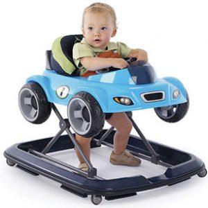 Мальчик в ходунках-машинке