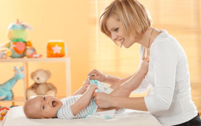 Замена подгузника у ребенка