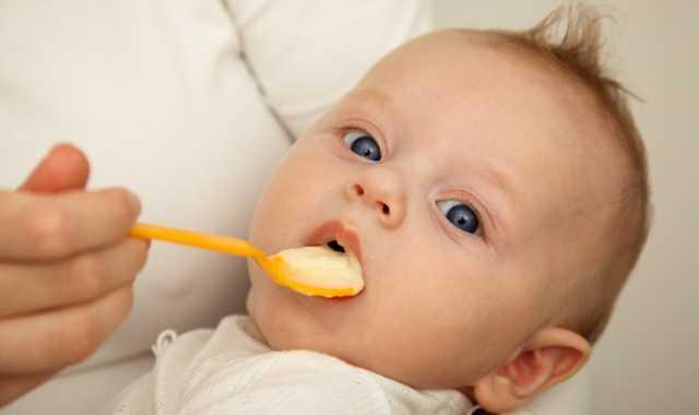 малыш в 4 месяца кушает с ложечки