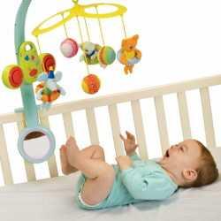 Маленький ребенок играет с погремушкой
