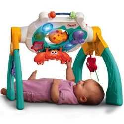 Маленький ребенок изучает музыкальную игрушку