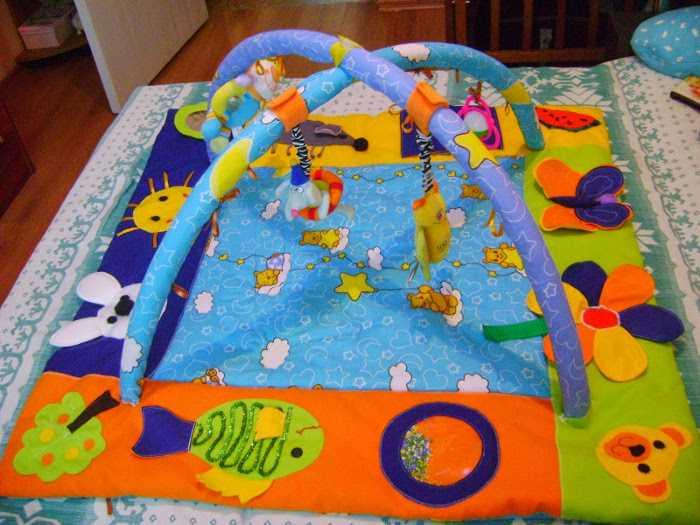 Развивающая игрушка в виде коврика с погремушками