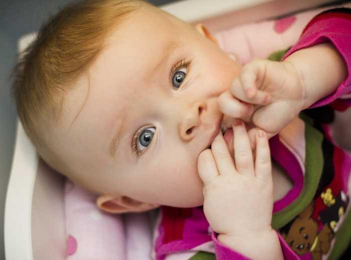 Привычка грызть ногти может начаться с маленького возраста