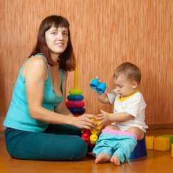 Мама в игровой форме приучает ребенка ходить на горшок