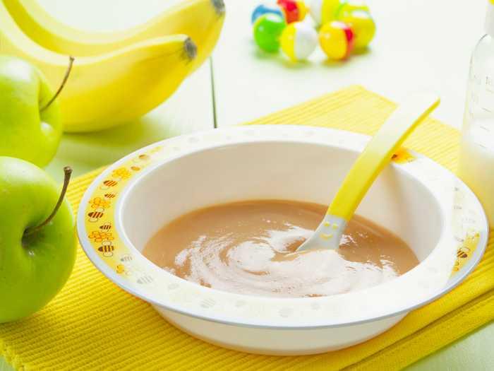 Пюре из бананов, яблок и молока для прикорма малыша в 7 месяцев
