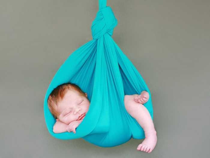 Слинг голубого цвета для новорожденного малыша