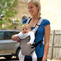 Довольный ребенок в слинге в форме рюкзачка