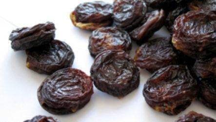 Использование чернослива для питания грудничка — когда и в каком виде можно?