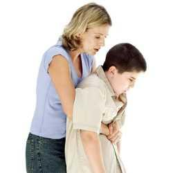 Ребенок подавился, и мама ему помогает