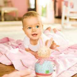 Ребенок интересуется игрушкой