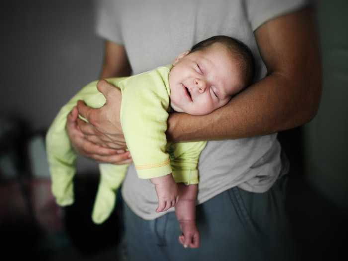 Папа с малышом на руках