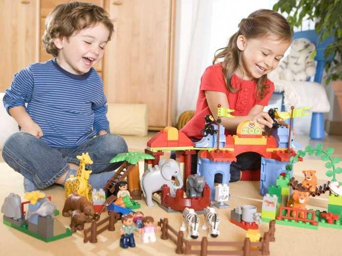 "Дети играют в конструктор ""Зоопарк"""