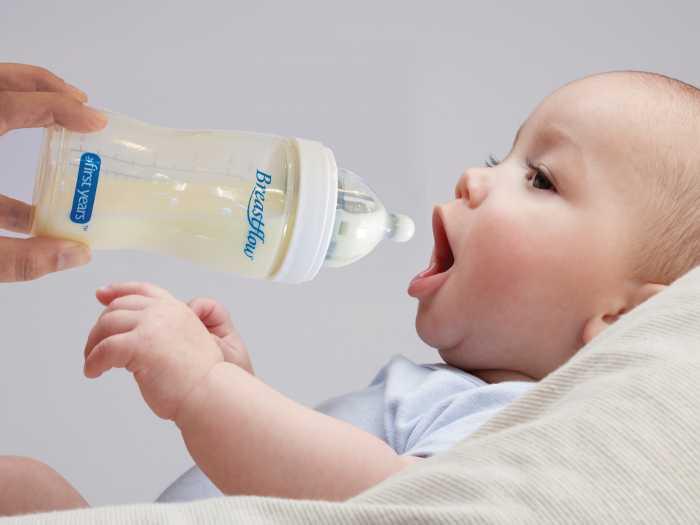 Малыш хочет пить из бутылочки