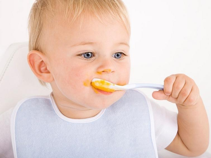 Знакомство малыша с ложкой и поедание пюре