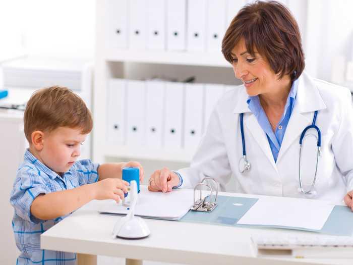 Ребенок на приеме у логопеда изучает буквы