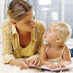 Мама обучает ребенка новым буквам