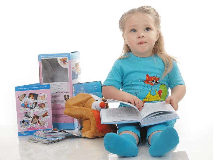 Девочка учит буквы самостоятельно