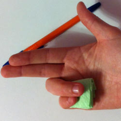 Придерживание платочка мизинцем и безымянным пальцем