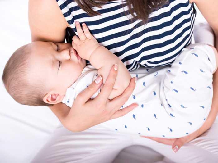 Малыша укачивают на руках