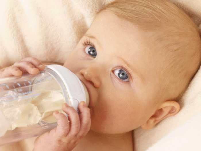 Малыш ест из бутылки