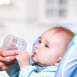 Процесс кормления малыша из бутылки