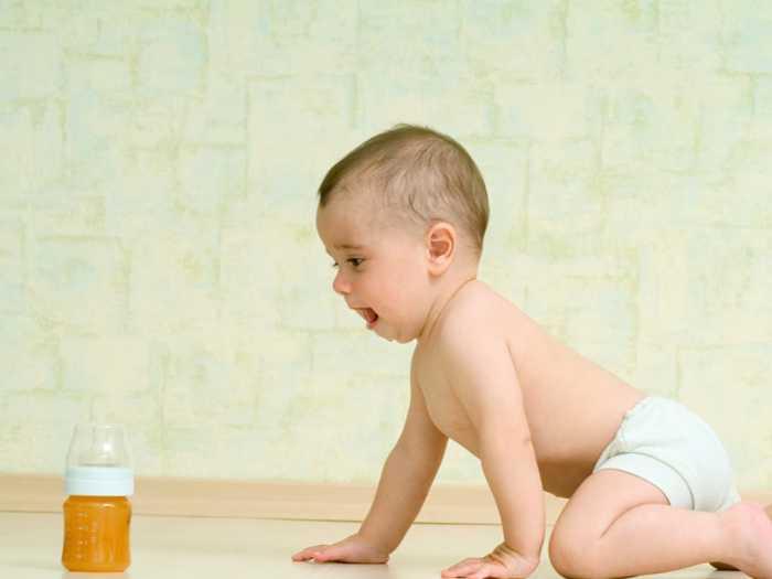 Малыш ползет к бутылочке со смесью