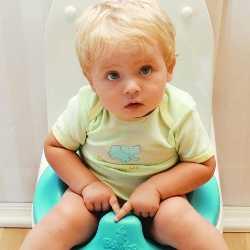 Маленький мальчик сидит на горшке