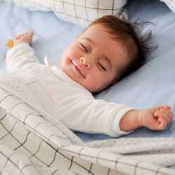 Маленький ребенок сладко спит