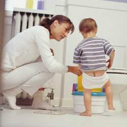Мама учит ребенка вставать на горшок