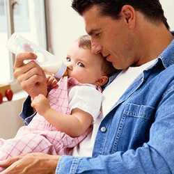 В случае отсутствия мамы рядом малыша кормят сцеженным молоком