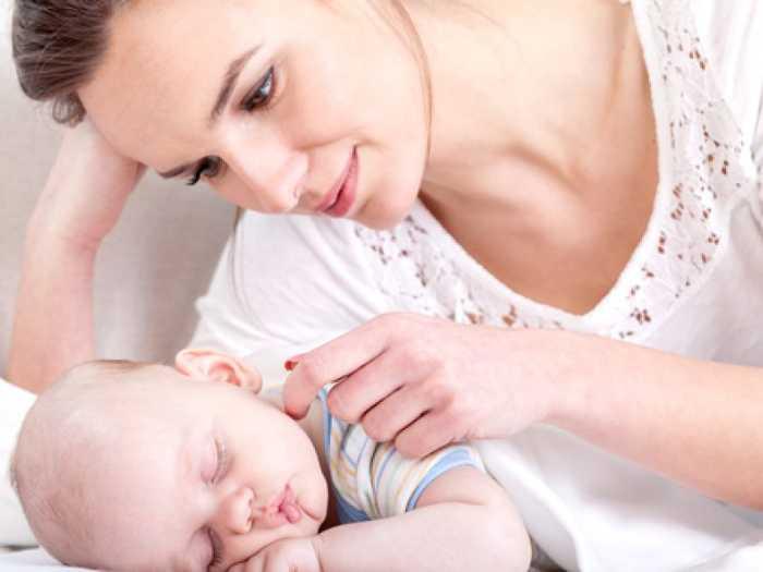 Мама убаюкивает малыша перед дневным сном