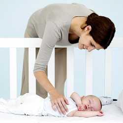 Мама проверяет малыша - спит ли он