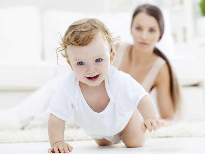 Мама учит малыша ползать