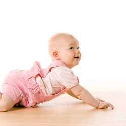 Ребенок пытается встать на четвереньки
