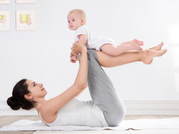 Мама учит малыша ползать с помощью гимнастики