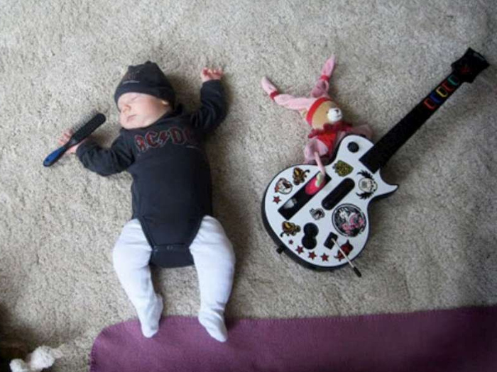 Маленький ребенок спит в дневное время
