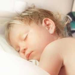 Днем ребенок с каждым месяцем спит все меньше