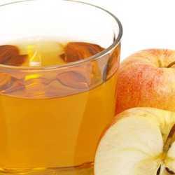 Стакан компота из свежих яблок и сам фрукт