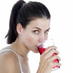 Женщина пьет компот