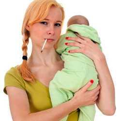 Женщина курит с грудным ребенком на руках