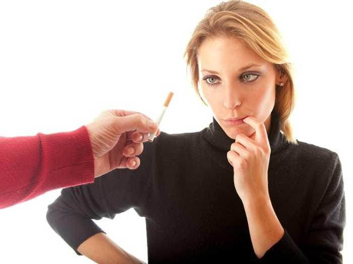 Женщине предлагают закурить