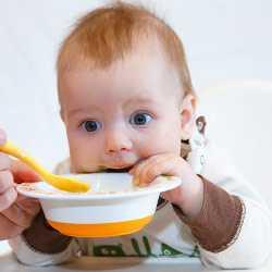 Маленькие дети всегда едят кашу с удовольствием