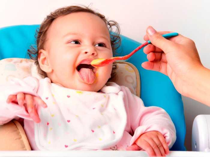 Ребенок ест пюреобразную смесь с ложки