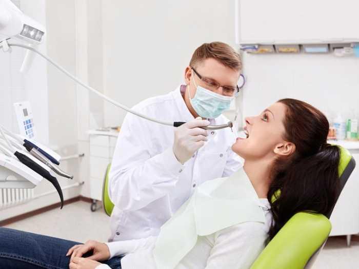 Лечение зубов кормящей маме лучше проводить под наблюдением стоматолога