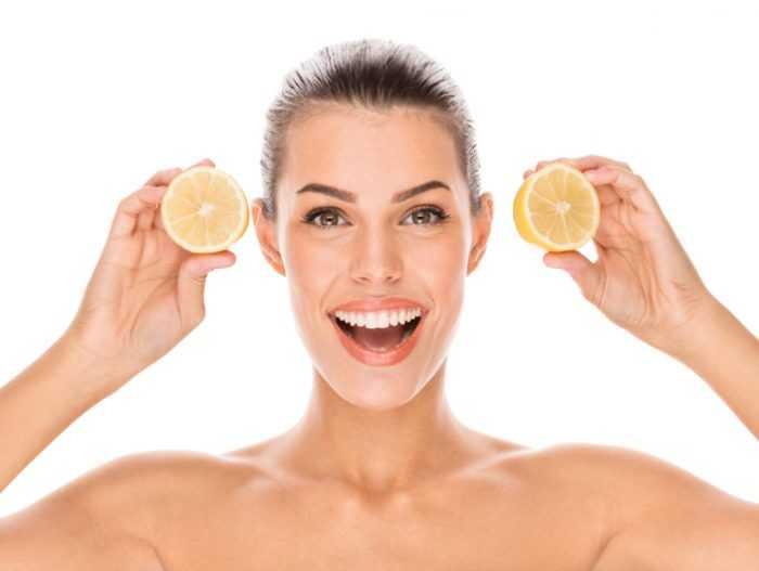 Женщина держит в руках лимон