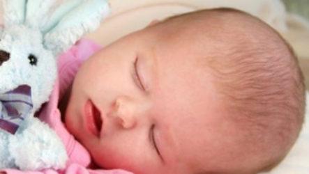 Что делать, если новорожденный много времени проводит во сне и от этого мало кушает