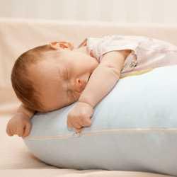 Новорожденный зевает и хочет спать