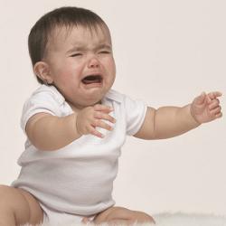 Ребенок капризничает на полу