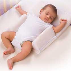 Ребенок спит на специальном матрасе