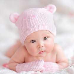 Ребенок в вязаной шапочке и варежках